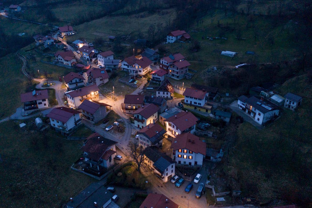 Le village de Drežniške Ravne s'illumine alors que tombe la nuit un soir de Mardi gras. ...
