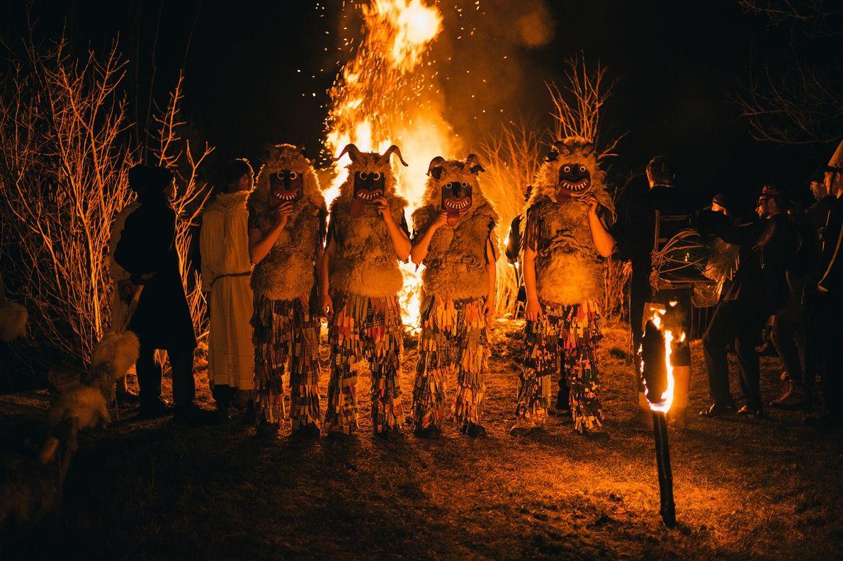Alors que la nuit s'empare du Ravenski Pust, les Affreux se rassemblent autour d'un bûcher sur ...