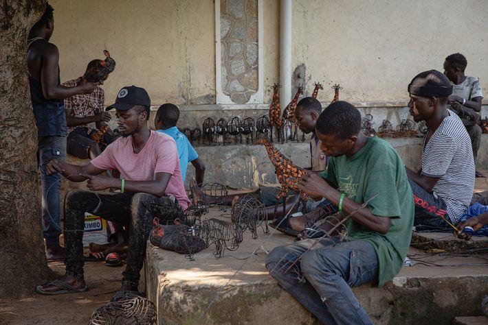L'heure est à la concentration pour les artisans de Snares to Wares. Habitants des villages qui ...