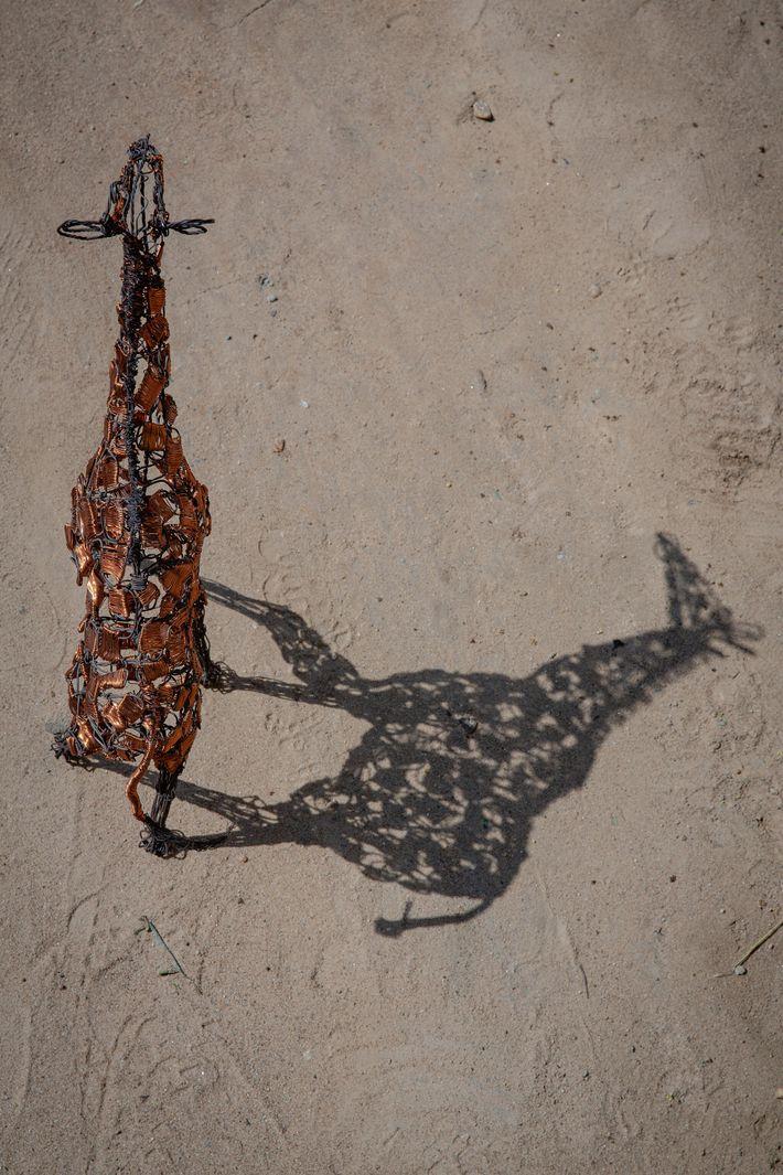 Cette sculpture de girafe pourrait bien être l'une des 800 pièces vendues chaque mois par le collectif. ...