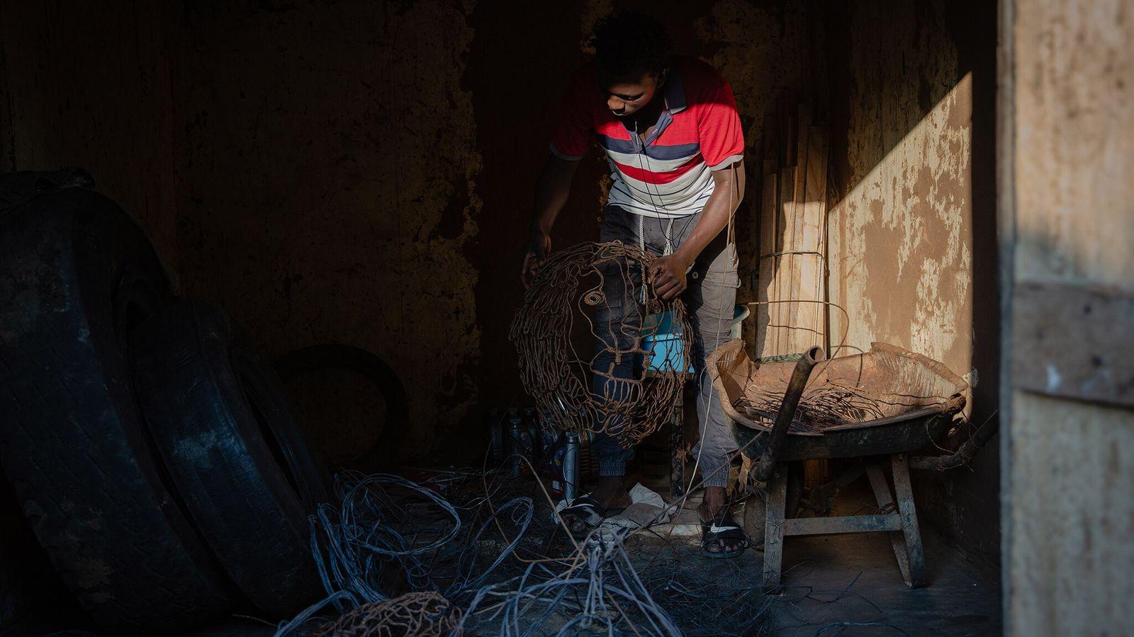 Angeyo Mustafa trie les collets métalliques récupérés dans le parc national Murchison Falls en Ouganda. Il ...