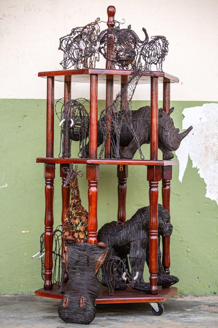 Les profits issus de la vente d'une sculpture ont « un impact direct du côté ougandais, » indique ...