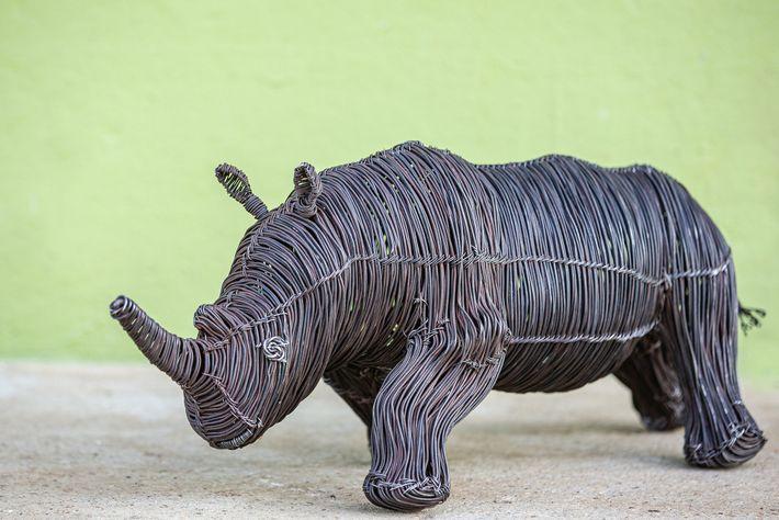 Les artisans transforment les collets en rhinocéros (ci-dessus) mais aussi en lions, éléphants, hippopotames et bien ...