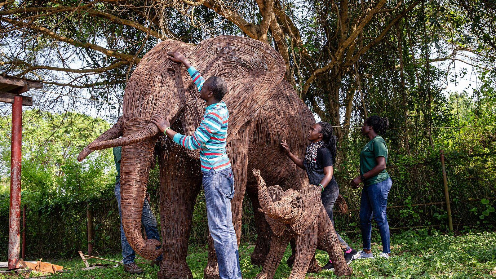 Les artisans ont créé cette sculpture grandeur nature d'un éléphant et son petit pour l'exposer au ...