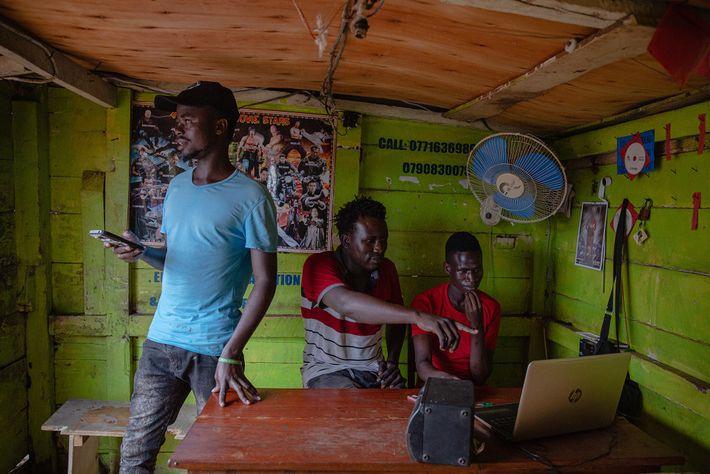 À 25 ans, l'ex-braconnier Settler Charles (à gauche) a ouvert une vidéothèque grâce au salaire versé par ...