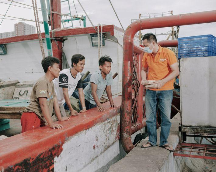 Des pêcheurs et des ouvriers du port de Muara Angke, une zone densément peuplée de Jakarta-Nord, ...