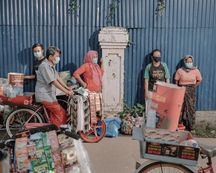 Les résidents de Kampung Starling, à Senen, Jarkarta-Centre, attendent les provisions distribuées par l'organisation à but ...