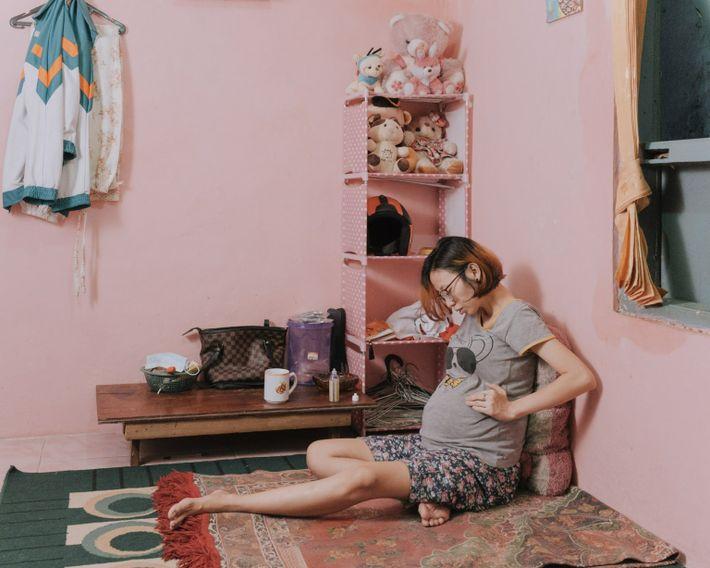 Desti Firdamayanti se repose dans sa maison du sous-district de Kenari, à Jakarta-Centre, en janvier 2021. ...