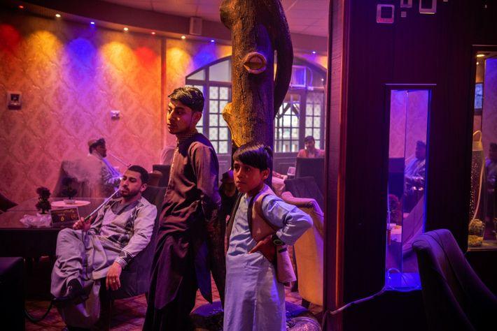 À la périphérie de Kandahar, Cafe Delight divertit les hommes d'affaires, les fonctionnaires et les jeunes ...