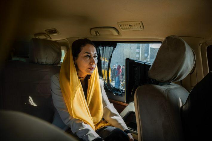 La députée Raihana Azad circule dans les rues de Kaboul à bord d'un SUV blindé. Elle ...