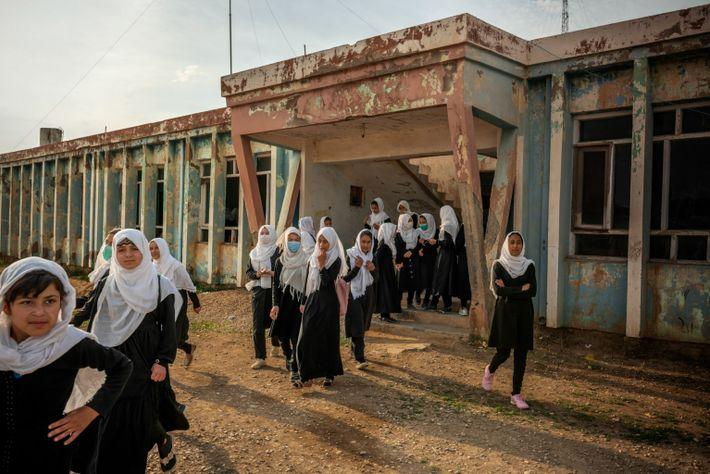 Des jeunes filles de la minorité ethnique ouzbèke sortent du lycée Marshal Dostum, dans la ville ...