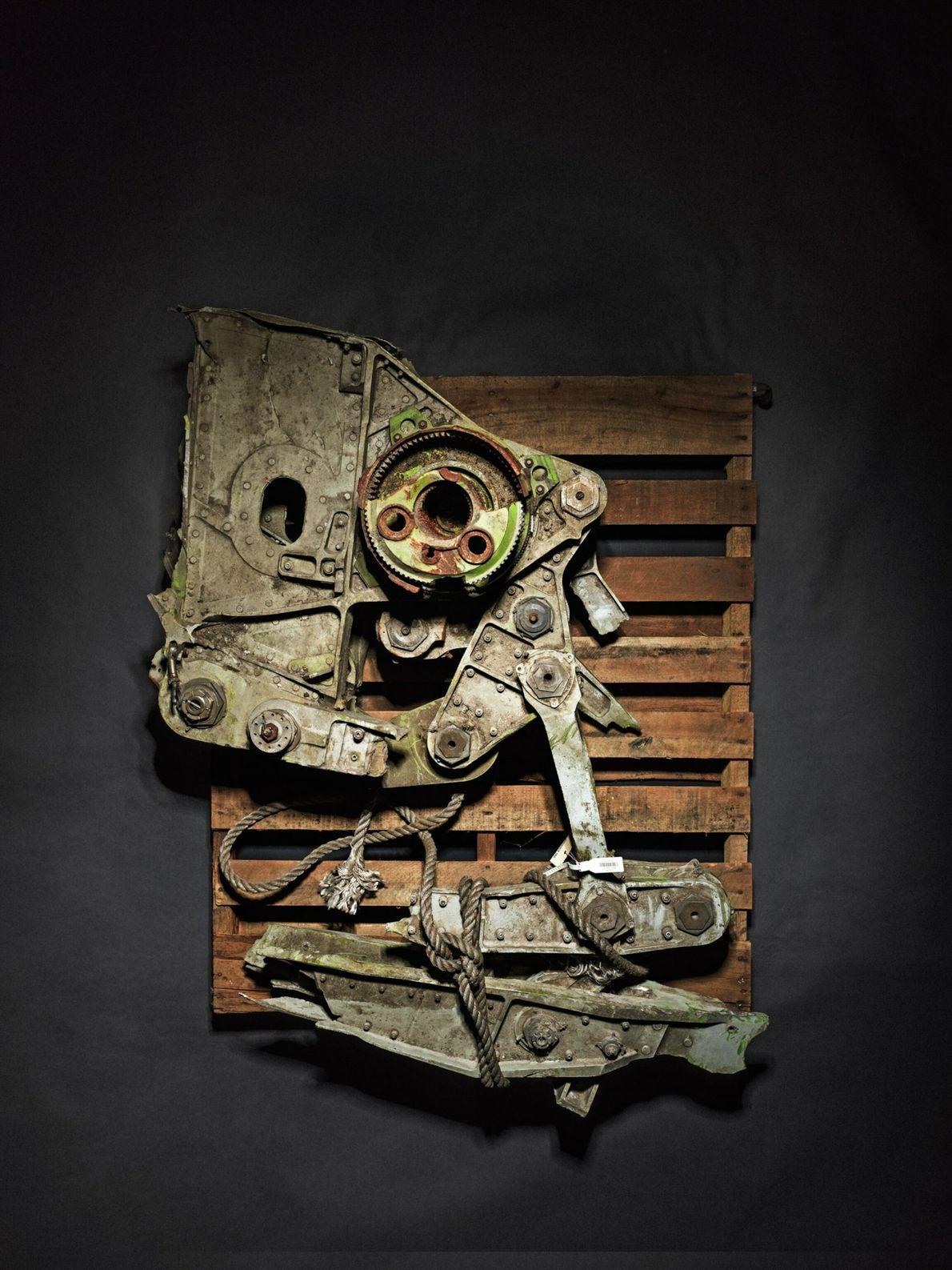 De nombreux objets ont été déformés par la violence des chocs et des incendies. Des spécialistes ...