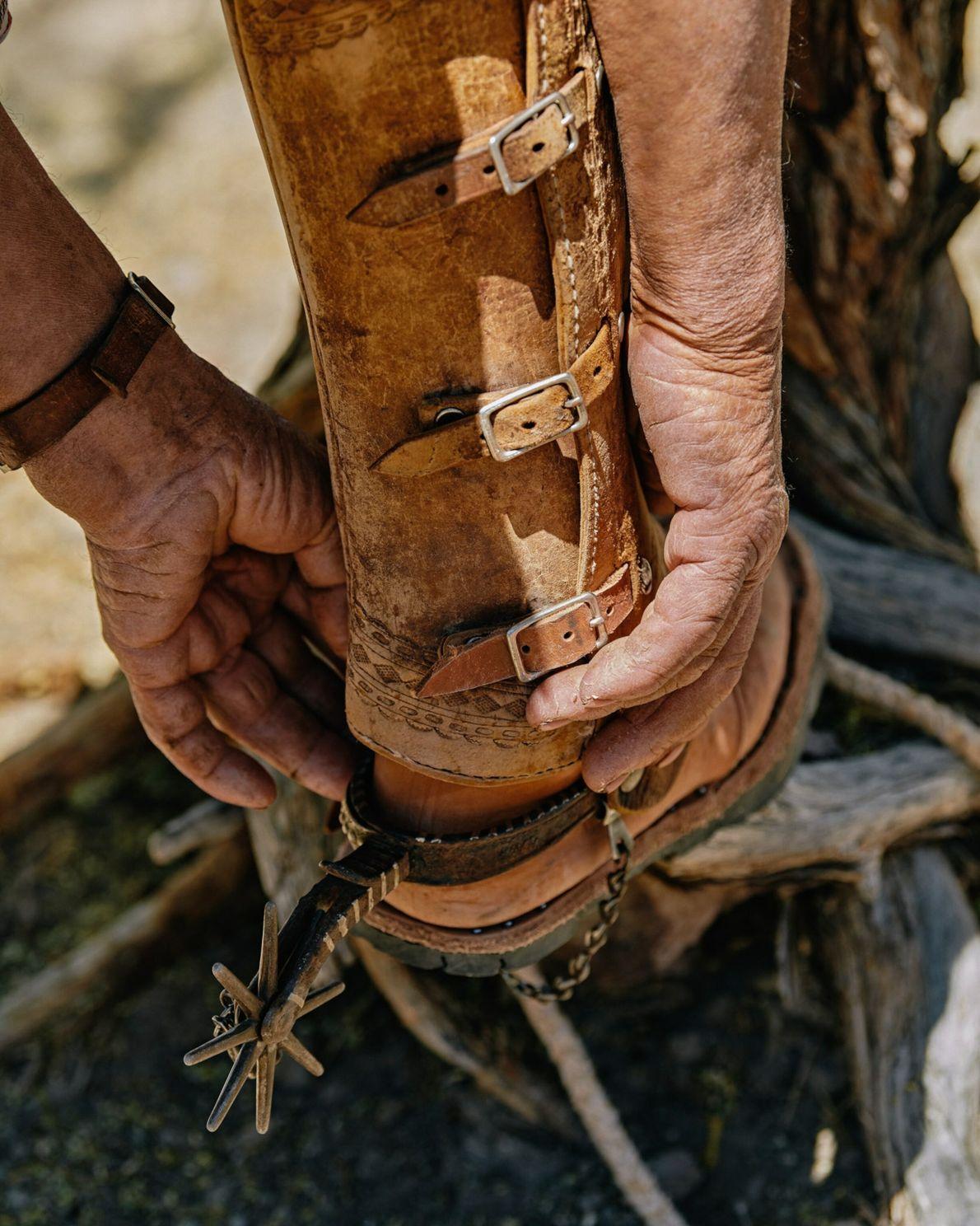 Ignacio Arce Arce, dit « Nacho », ajuste ses bottes et ses chaps en cuir au Rancho Aguajito de la Tia ...