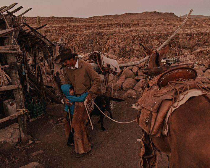 Guadalupe, la fille de Nary, fait un câlin à son père au Rancho Mesa San Esteban ...