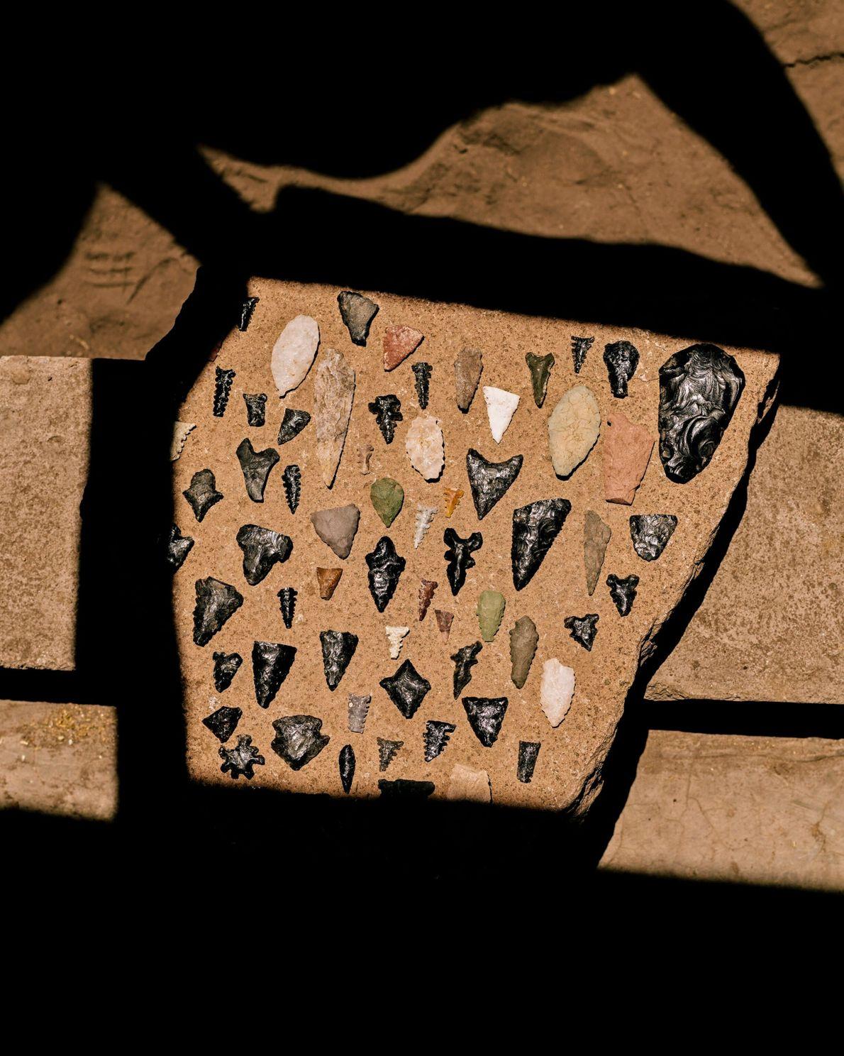 Cette collection de pointes de flèche fabriquées par les peuples indigènes d'une autre époque a été ...