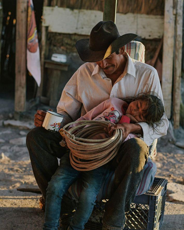 Nary et sa fille Guadalupe s'octroient une pause après avoir travaillé dur au Rancho Mesa de San Esteban ...