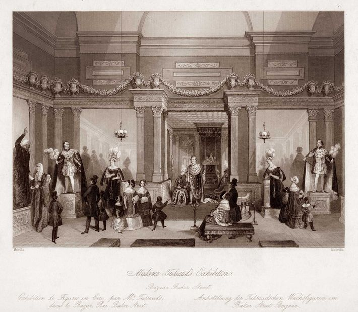 Cette gravure datant de la moitié du 19e siècle représente des visiteurs admirant les sculptures de ...
