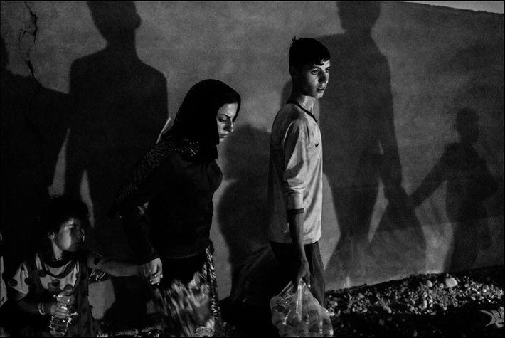 Une famille de Yézidis ayant fui Sinjar à cause de l'avancée de l'état islamique arrive au ...