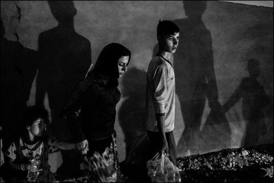 Une famille de Yézidis ayant fui Sinjar à cause de l'avancée de l'état islamique arrive au Kurdistan irakien.