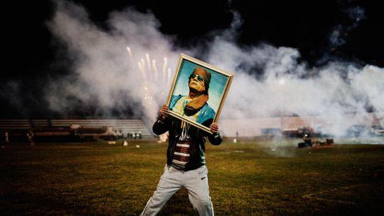 Un partisan de Kadhafi porte le portrait du leader libyen lors d'une célébration organisée à l'occasion ...