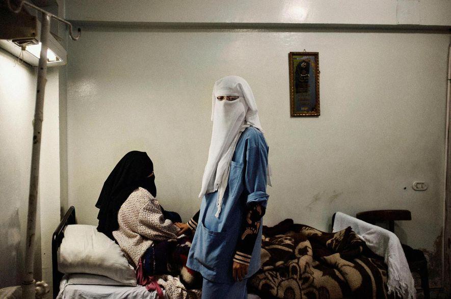 Une infirmière et sa patiente dans une clinique de quartier gérée par les Frères musulmans. Le Caire, Egypte. Janvier 2011