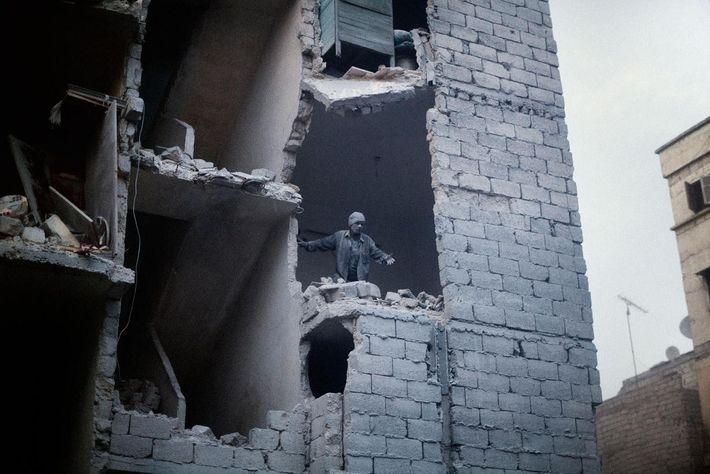 Après l'explosion d'une bombe baril dans un quartier résidentiel d'Alep, en Syrie. Mars 2013