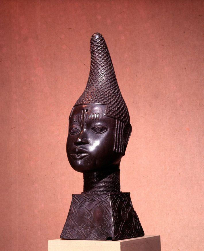En 1504, Idia aide son fils, nouveau roi du Bénin, à remporter la guerre civile. Elle ...