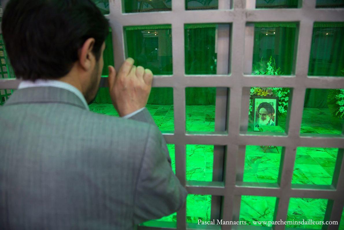 Moment de recueillement au mausolée de l'ayatollah Khomeyni