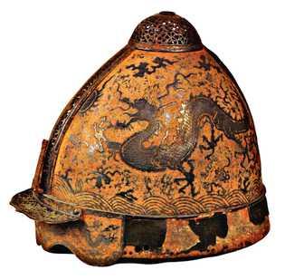 Ce casque de guerrier mongol a été récupéré comme trophée au cours de l'une des deux ...