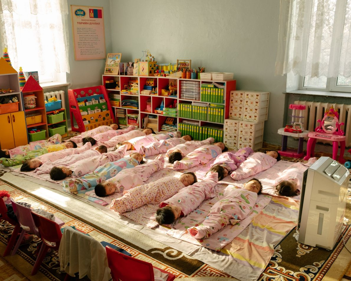 Des enfants font une sieste dans une crèche du district de Bayanzurkh en Mongolie. Chaque pièce ...