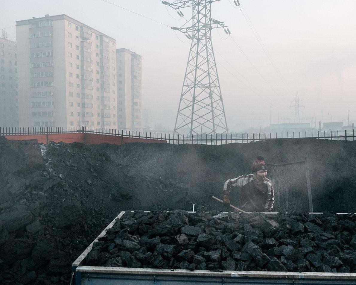 Un vendeur ambulant de charbon fait une halte à Bayankhoshuu, l'un des quartiers les plus pollués ...