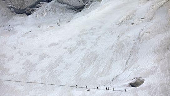 LE MASSIF DU MONT-BLANC : EN RAQUETTES OU EN CORDÉE. Les domaines skiables du massif du Mont-Blanc, ...