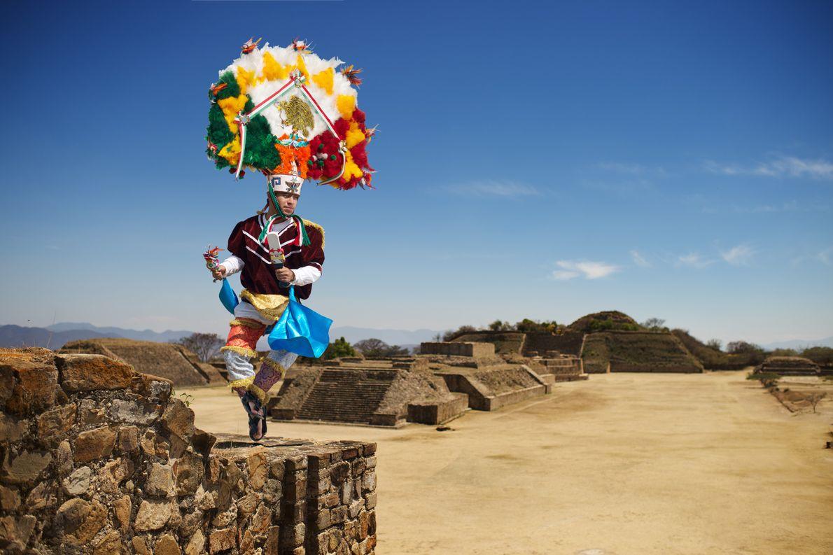 Au sommet du site archéologique de Monte Albán, un danseur incarne l'empereur Moctezuma.
