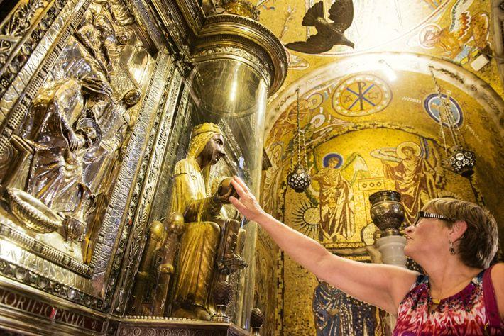 Abbaye de Montserrat : les pèlerins touchent la statue de la Vierge noire, sainte patronne de ...