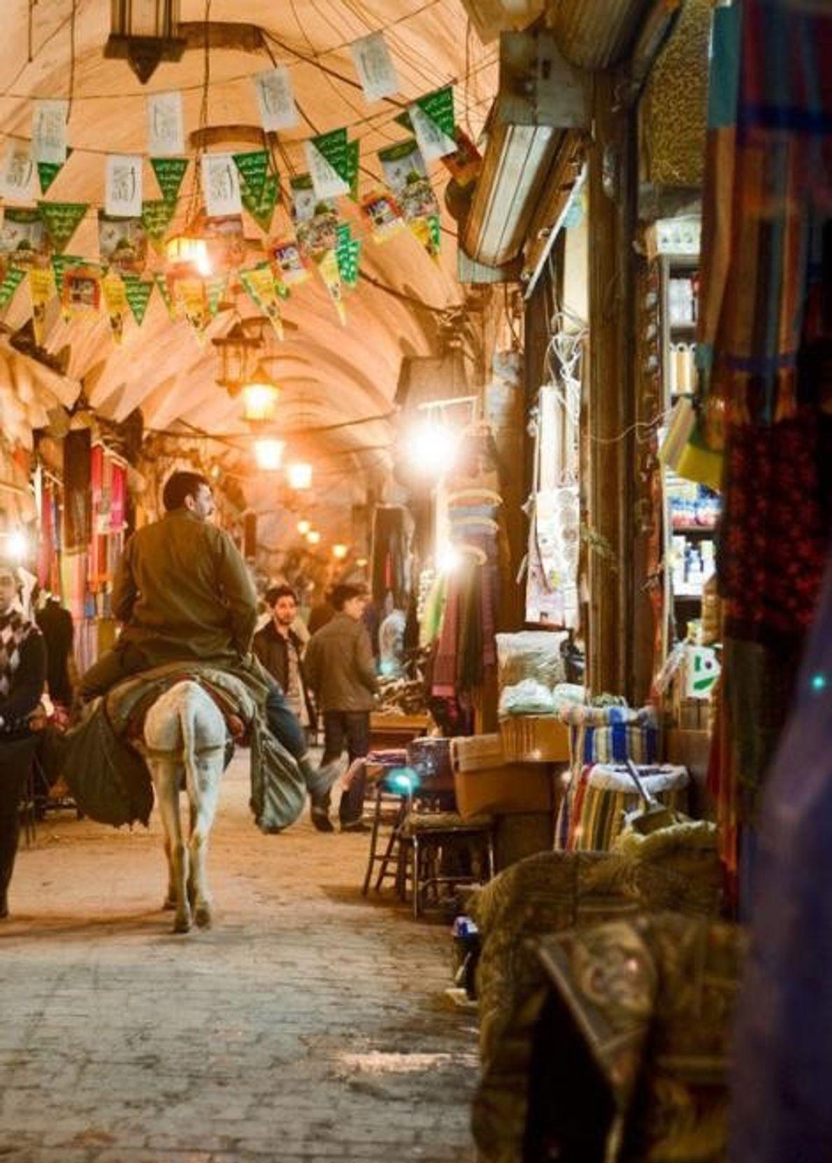 Pendant des siècles, les passages labyrinthiques et les devantures voûtées d'Alep grouillaient de vendeurs de bonbons, ...