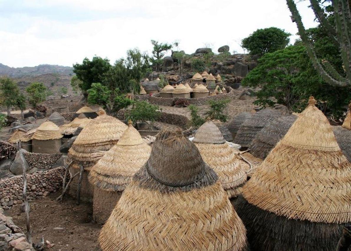 Niché dans les montagnes Mandara, à cheval entre le Nigeria et le Cameroun, le paysage culturel ...