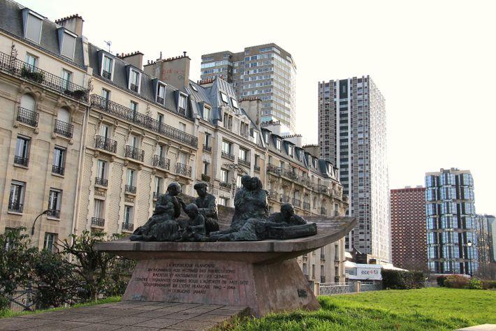 Paris. Monument en commémoration de la « rafle du Vél'd'Hiv » (16-17 juillet 1942), réalisé par le sculpteur Walter Spitzer.