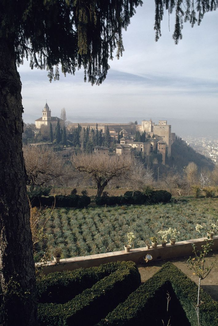 L'Alhambra, palais et forteresse mauresque à Grenade, en Espagne, a été décrite par les poètes comme ...