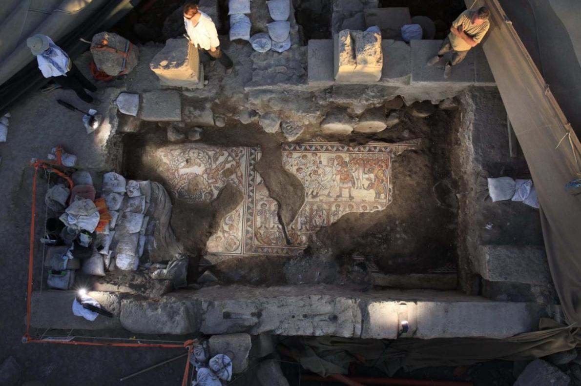 Les archéologues dégagent morceau par morceau la mosaïque de la synagogue, avant de les couvrir et ...