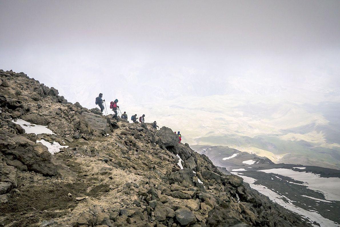 Des randonneurs descendent le Mont Damāvand, le sommet le plus élevé au Moyen-Orient.