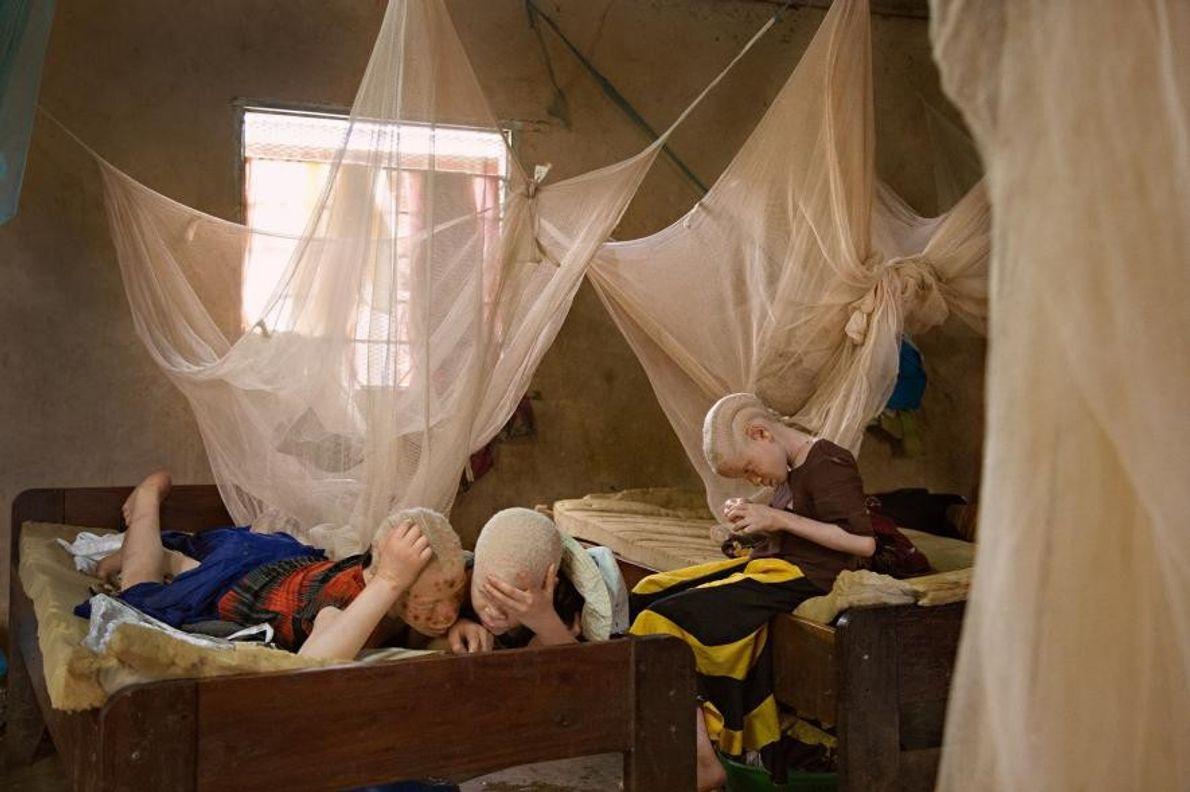 Au centre Kabanga, en Tanzanie, Melas Luge, âgé de 10 ans, et ses sœurs Zawia et ...