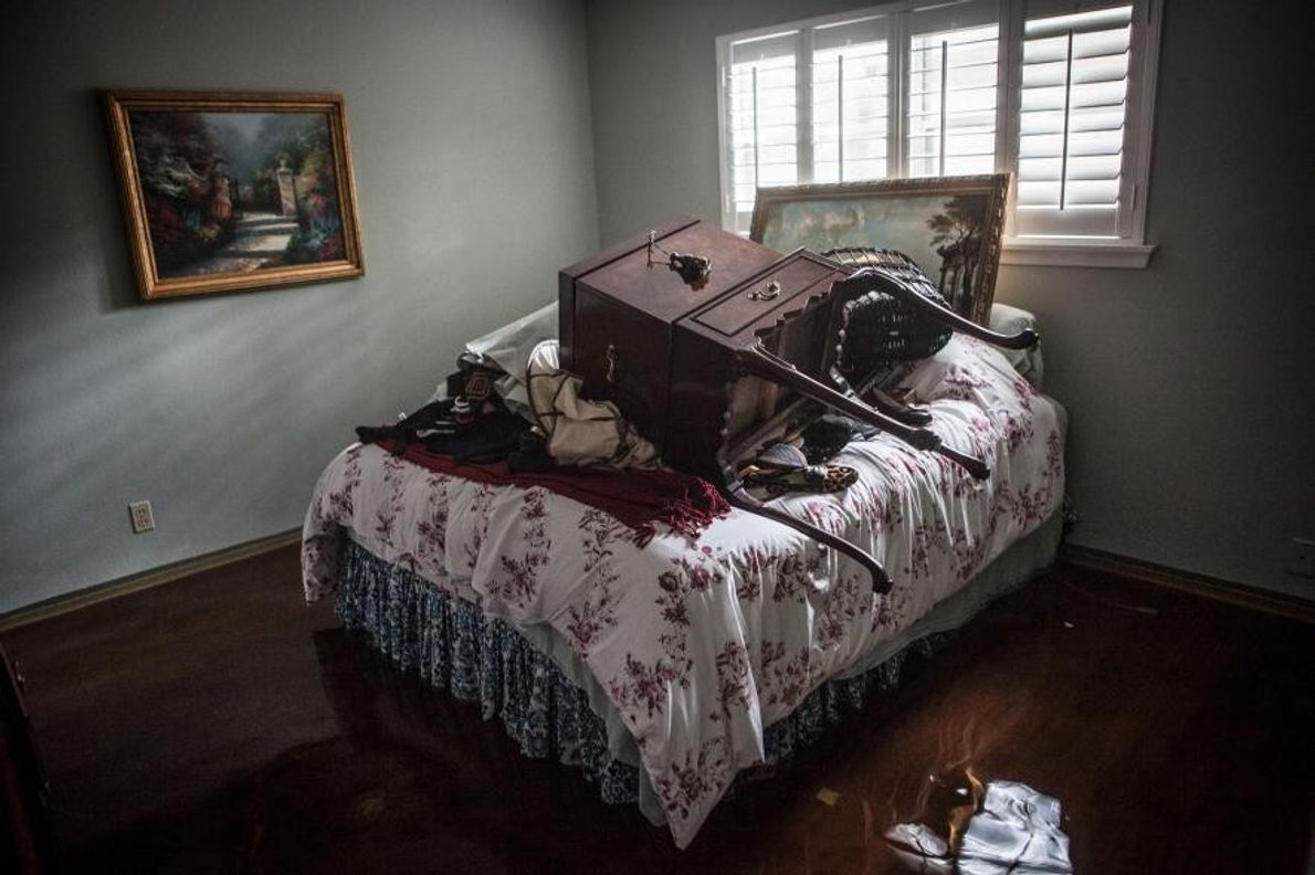 Suite à l'ouragan Harvey, les objets de valeur de Michele Trieb, dont certains objets d'enfance, sont ...