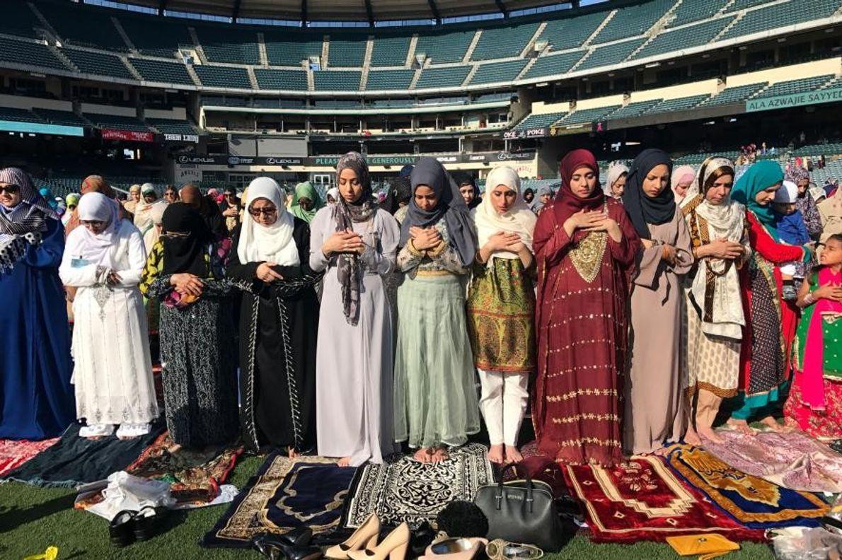 Au Angel Stadium d'Anaheim, en Californie, des fidèles musulmanes prient à l'occasion de l'Aïd el-Fitr, fête ...