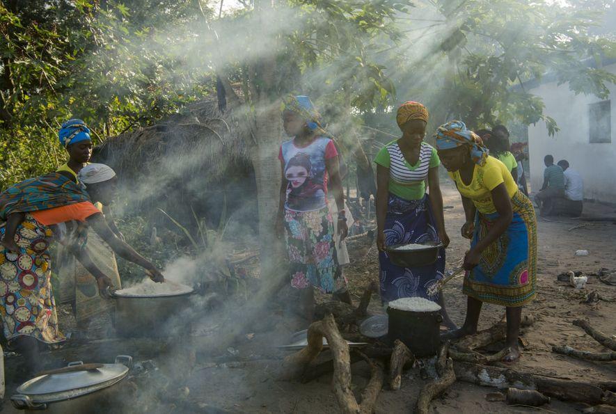Les femmes se préparent pour la cérémonie des esprits lions.