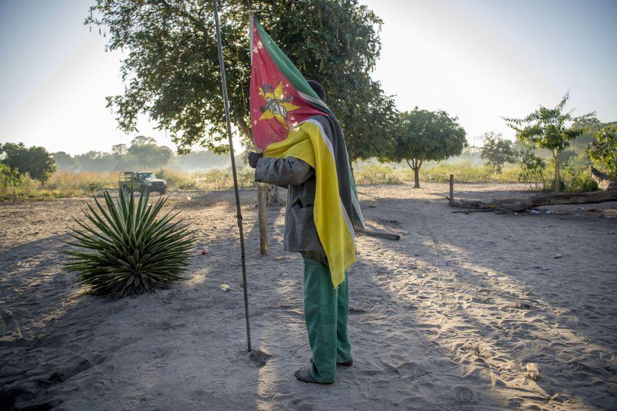 Le drapeau du Mozambique est levé chaque matin et descendu chaque soir dans le village de ...
