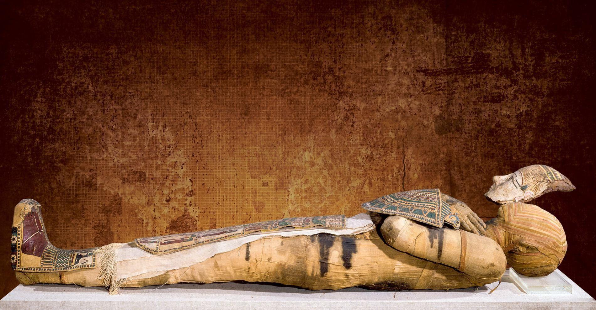 Cette momie élaborée du 3e siècle avant notre ère est exposée au musée du Louvre, à ...