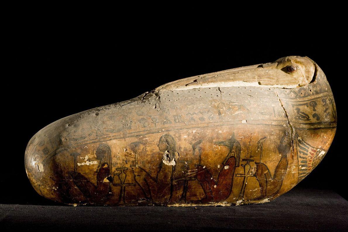 Avec sa coquille de plâtre et de lin, cette enveloppe originale d'une momie d'ibis votive reproduit ...