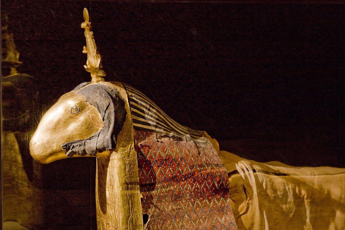 Un bélier sacré repose dans ce coffrage décoré d'or et de peinture. En tant qu'incarnation vivante ...