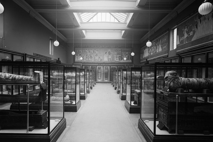Une vue de 1937 de la salle des momies du British Museum. Il est possible que des ...