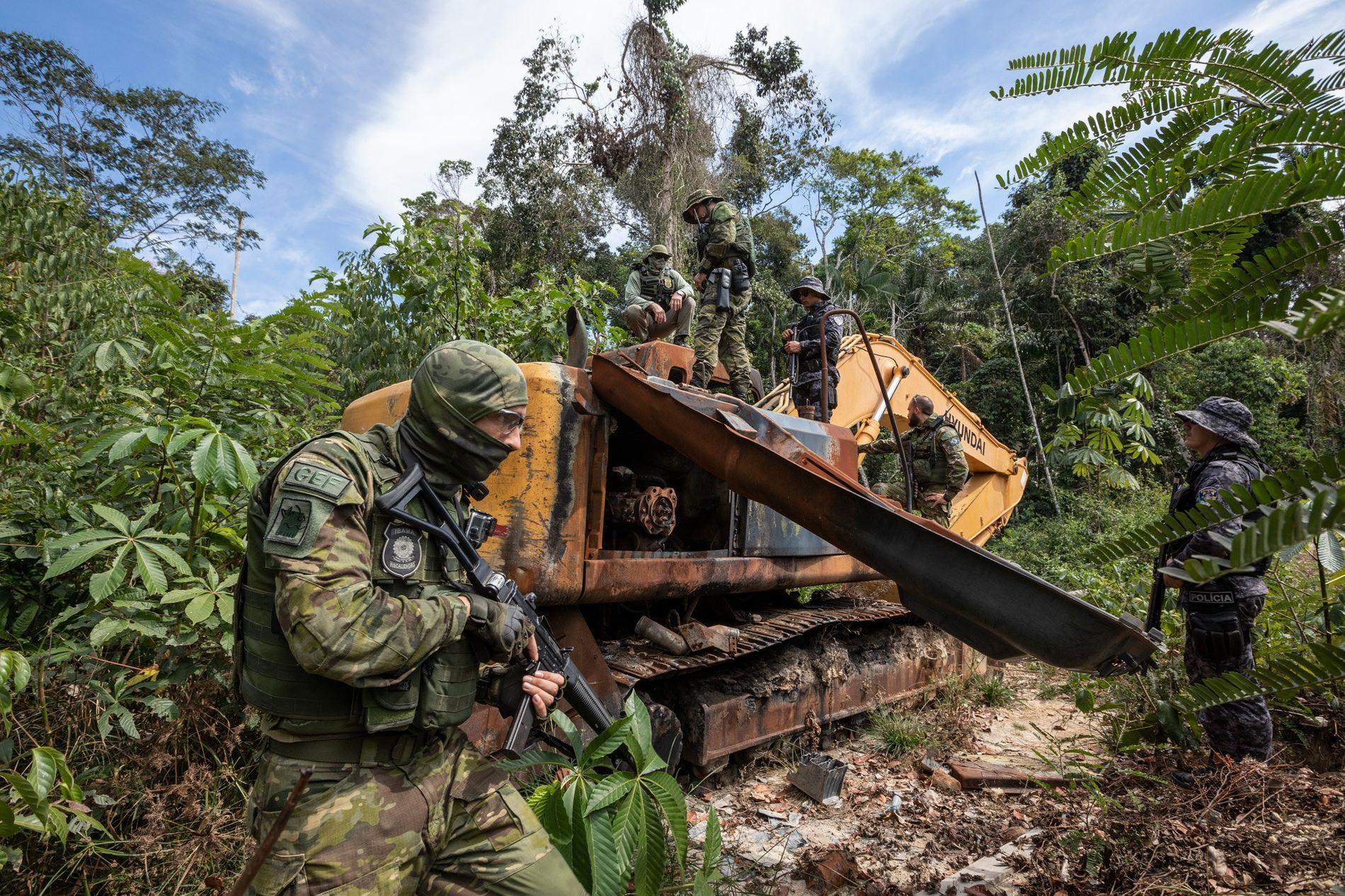 Les agents du Groupe spécialisé d'inspection de l'IBAMA détruisent un bulldozer utilisé dans des opérations minières ...